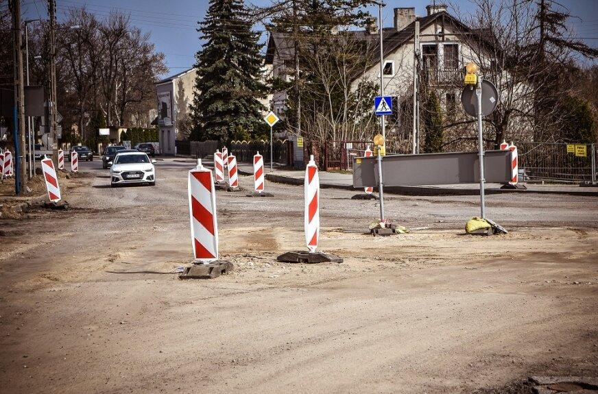 Zaczynają rondo, trudności z przejazdem w Skierniewicach