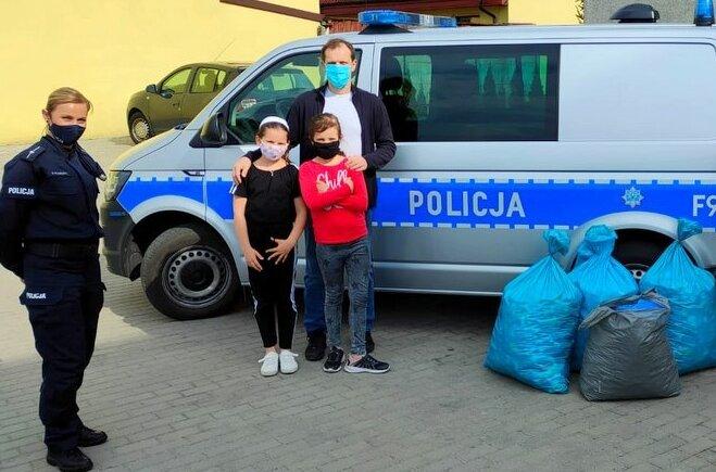 Policjanci (20.04) oficjalnie przekazali rodzicom Angeliki zebranych do tej pory, kilka worków, 80 kg nakrętek,