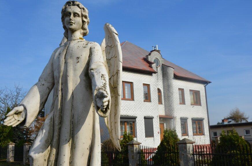 Obiekty parafii w Szczukach budowano z rozmachem, w tym teraz pustą plebanię.