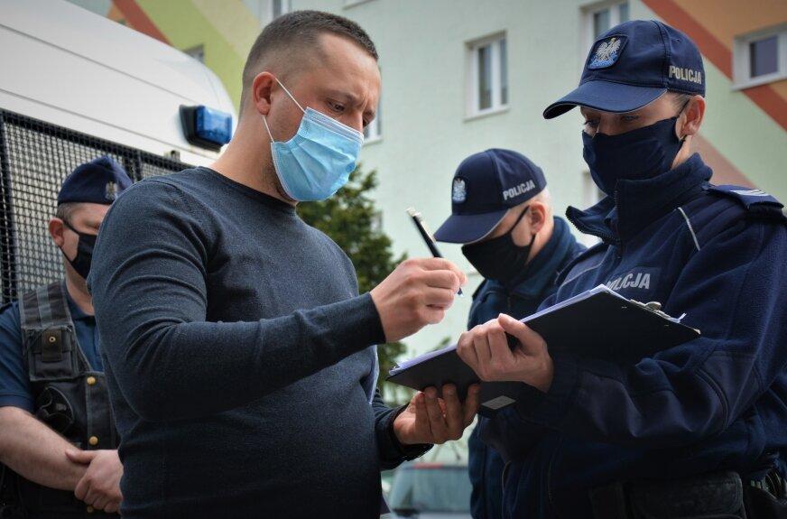 – Nie zamierzamy panu zamykać działalności -- mówiła prowadząca interwencję.  – Nie możecie tego zrobić – mówił mężczyzna. – Dysponuję postanowieniem, w którym to Łódzki Państwowy Wojewódzki  Inspektor Sanitarny wstrzymał  wykonanie decyzji powiatowego inspektora z 10 kwietnia bieżącego roku nakazującej mi natychmiastowe zamknięcie siłowni.   – Mamy jedynie sprawdzić, czy na terenie siłowni nie jest łamane prawo. Decyzja ŁPWIS mnie w tej chwili nie interesuje, interesuje mnie jedynie, czy na terenie klubu aktualnie przebywają jedynie osoby do tego uprawnione. Zamierzamy te osoby wylegitymować. Przy podejrzeniu o popełnieniu wykroczenia żadnego nakazu nie musimy mieć. Ja pana jedynie pouczam.