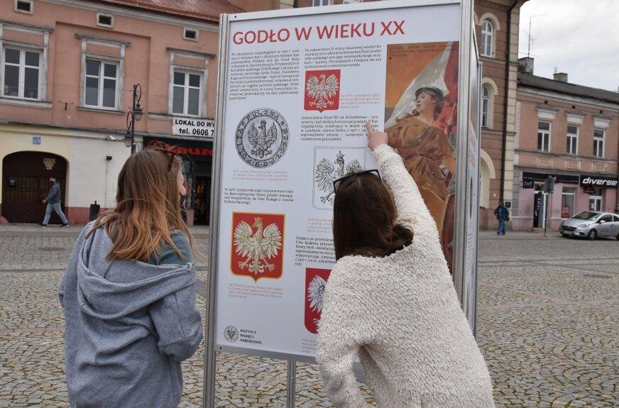 Polskie symbole narodowe na skierniewickim rynku