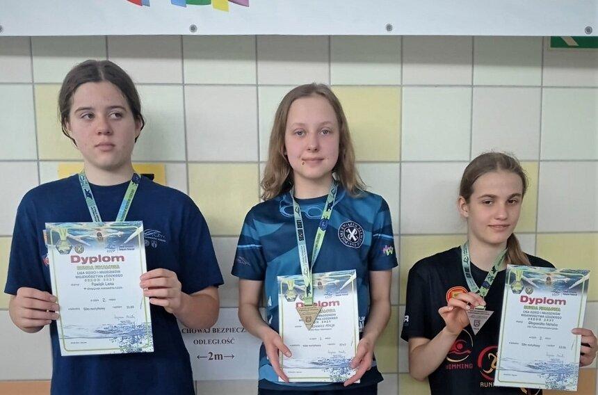 Pływacy UKS Nawa urodzeni w latach 2008-2010 odnieśli w Opocznie wielki sukces. Wygrali klasyfikację generalną Wojewódzkiej Ligi Dzieci i Młodzików. Na zdjęciu Alicja Rodziewicz dwukrotna złota medalistka zawodów.