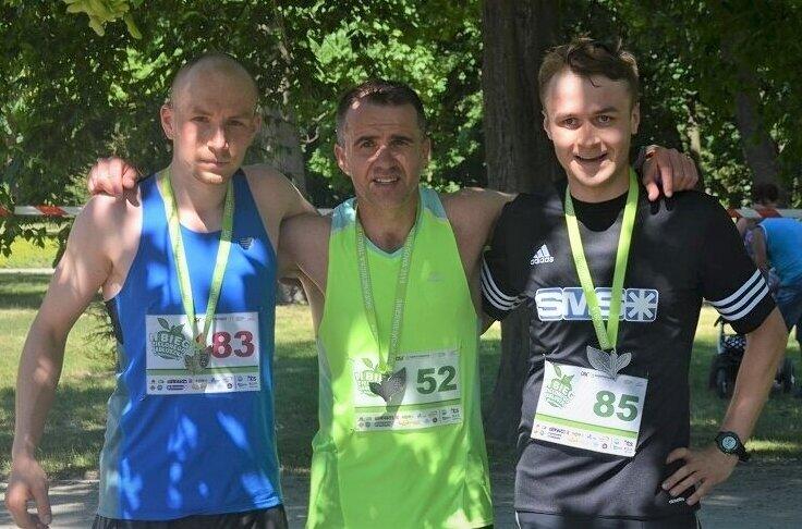 Środowisko biegaczy już w maju będzie mogło wziąć udział w dwóch wydarzeniach. Na zdjęciu regularnie biegający w imprezach triady Artur Kamiński, Rafał Pająk i Bartłomiej Pająk, najlepsi w Biegu Zielonego Jabłuszka w 2019 roku.
