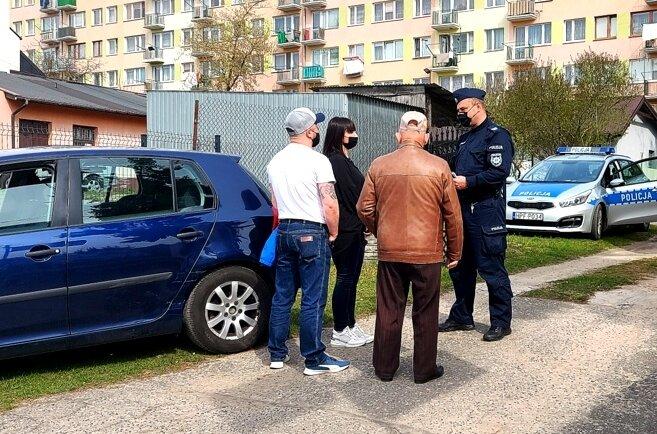 84-latek cofał autem, aż uderzył. Na ulicy Tomaszowskiej interweniowali policjanci