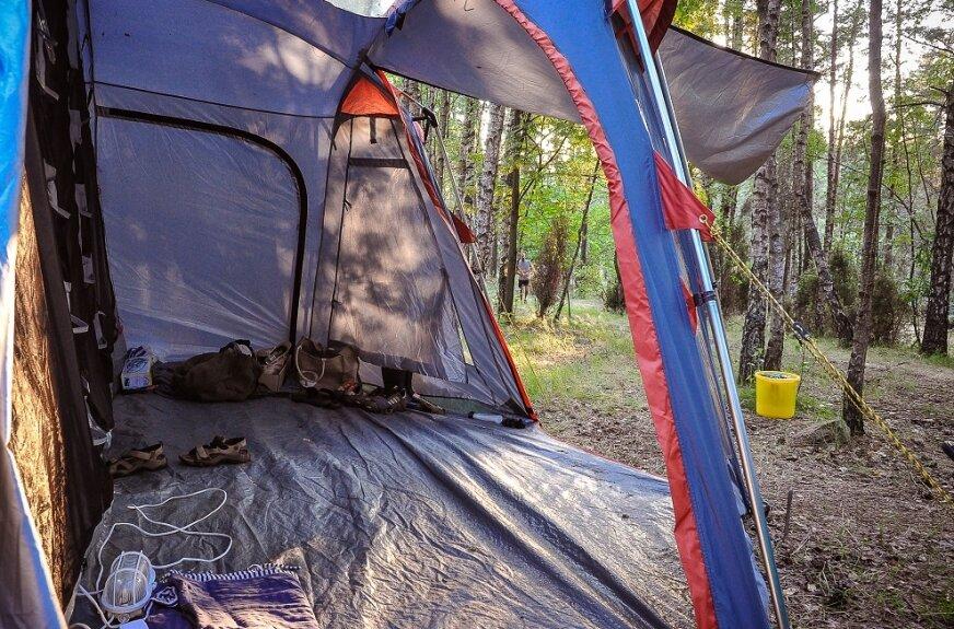Hamaki są łatwe w użyciu, ale jeśli ktoś lubi mieć w lesie apartament...
