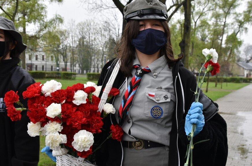 Skierniewiccy harcerze, mimo deszczu, wyszli na ulice miasta z biało-czerwonymi goździkami i balonami.