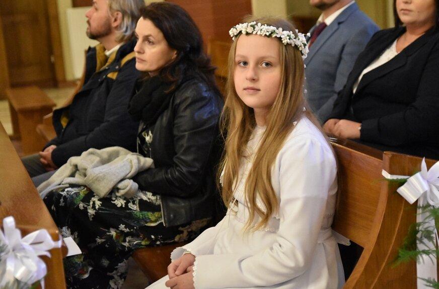 Najmłodszym w kościele podczas ważnej chwili towarzyszyli rodzice.