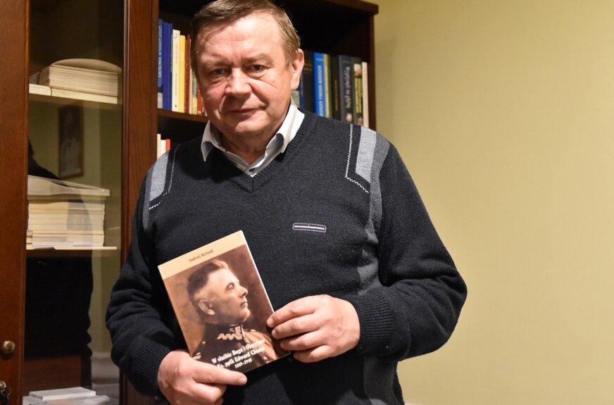 """Sylwetkę kapelana przybliża monografia Andrzeja Krysiaka """"W służbie Bogu i Ojczyźnie. Ks. ppłk Edward Choma 1889 – 1940"""", którą wydała parafia garnizonowa."""