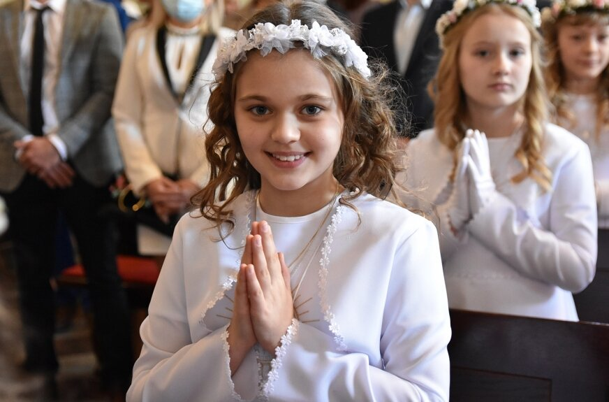 Z uśmiechem na ustach najmłodsi parafianie uczestniczyli w uroczystości komunijnej.