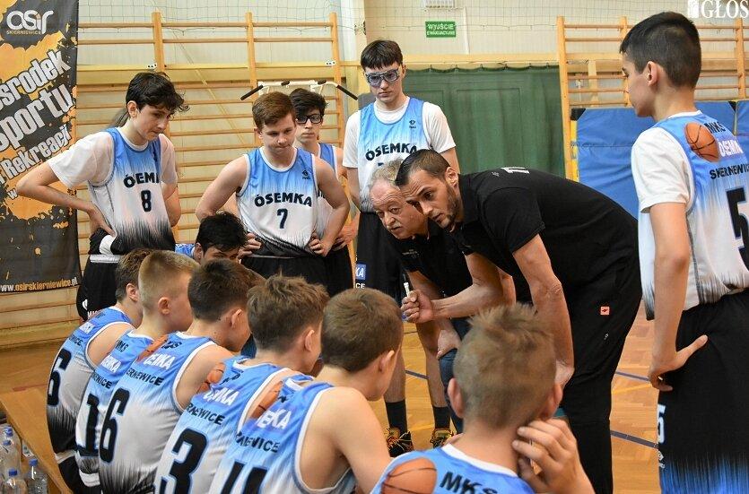Zespół kadetów MKS Ósemka od porażki rozpoczął udział w ćwierćfinale mistrzostw Polski kadetów w koszykówce.