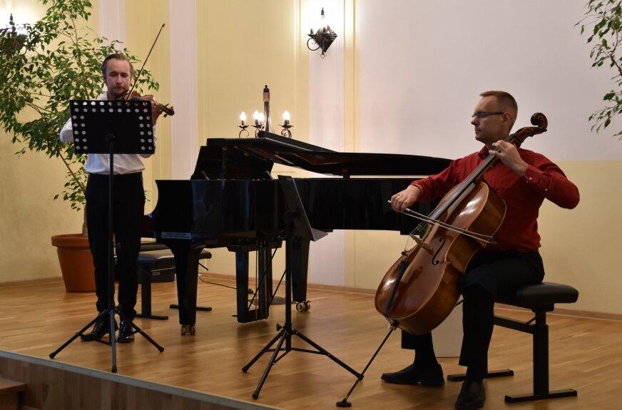 Gośćmi wieczoru byli znakomici instrumentaliści: Jakub Grott, grający na skrzypcach oraz wiolonczelista Adam Misiak.