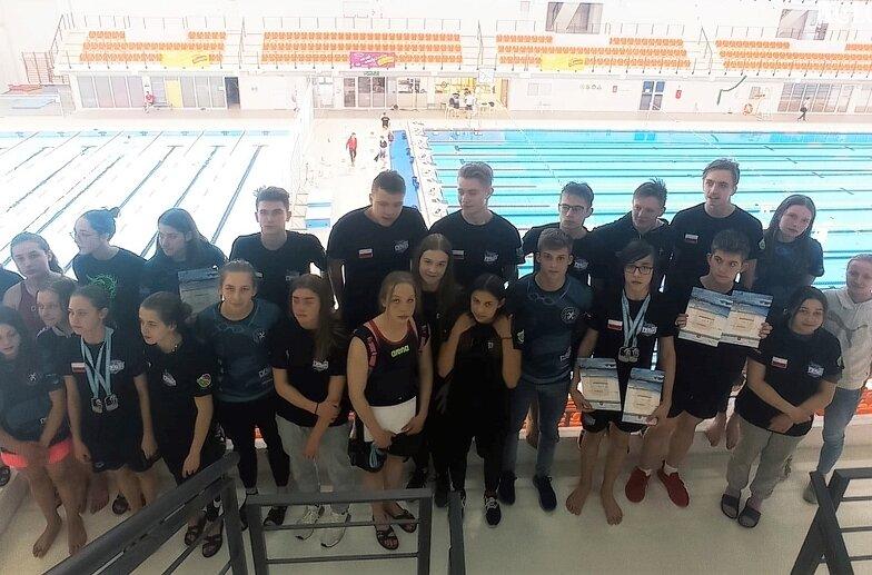Przygotowujący się do startów w mistrzostwach Polski pływacy UKS zdominowali rywalizację podczas mistrzostw województwa.