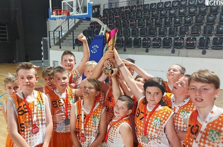 Koszykarze AZS zostali wicemistrzami województwa w lidze U11, na 3. pozycji rywalizację zakończyła ekipa MKS Ósemka.