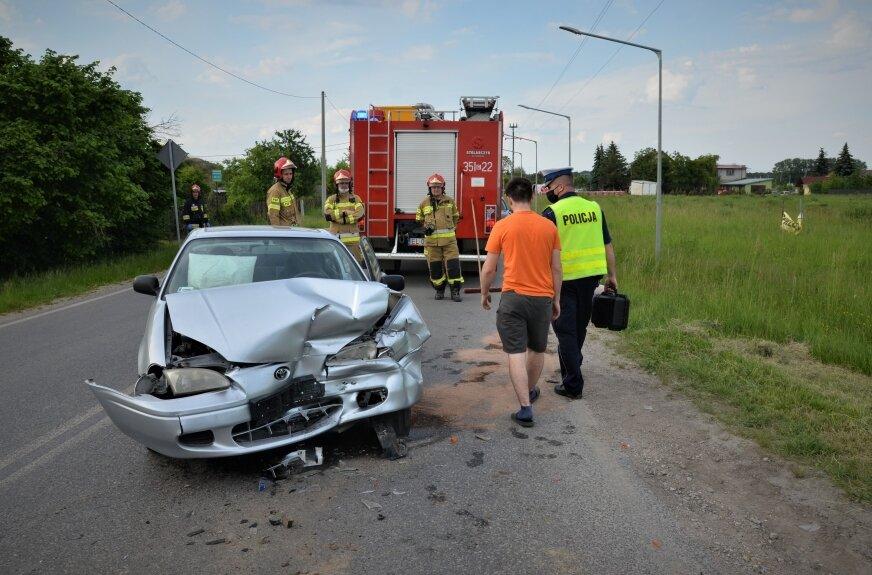 """Jak wskazują ślady na drodze, do zderzenia SUV-a z toyotą doszło w okolicy skrzyżowania. W osobowym aucie w chwili zdarzenia eksplodowały poduszki powietrzne -- kierowcy i pasażera (kobieta jechała sama). W kii uderzenie przyjęło orurowanie z przodu auta. """"Kangur"""" uchronił auto przed większymi zniszczeniami."""