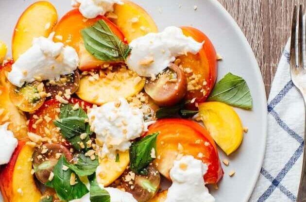 Sałatka z pomidorami, brzoskwiniami i serem burrata