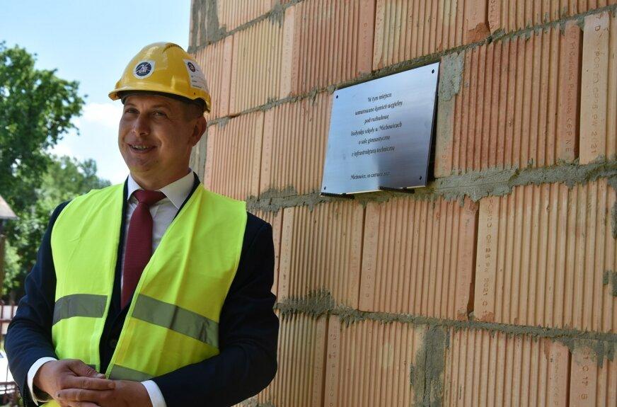 Akt erekcyjny w nowo powstałych murach hali gimnastycznej złożył Jan Słodki, wójt gminy Głuchów.