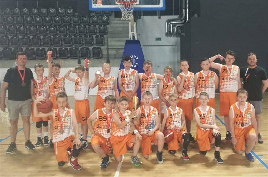 Młodzi koszykarze AZS Państwowej Uczelni im. Stefana Batorego zakończyli sezonu 2020/2021 w lidze U12 z brązowymi medalami.