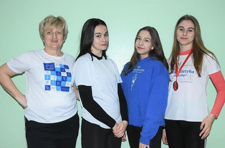 Finansowe nagrody za wyniki sportowe w 2020 otrzymają między innymi Trener Roku Jolanta Barska oraz Anna Kłosińska (pierwsza z prawej) i Anna Bibik (druga z prawej) utalentowane lekkoatletki UKS Vis Skierniewice. Na zdjęciu z koleżanką klubową Aleksandrą Tarnowską.
