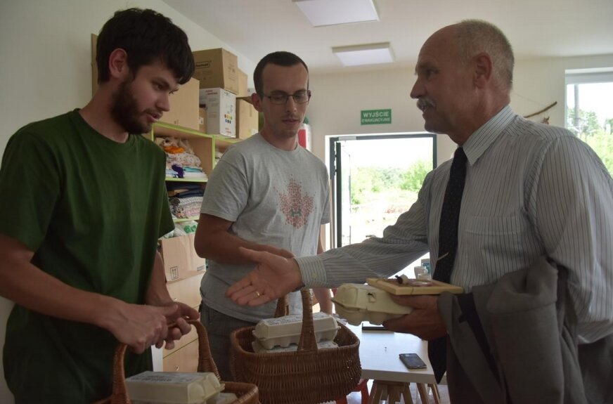 Pracownicy ZAZ-u przekazali na ręce wójta kosz jaj, który został podarowany rodzinom potrzebującym w gminie.