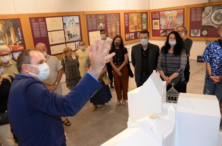 Podczas wernisażu w Skierniewicach po ekspozycji oprowadził dr Michał Wiśniewski z Międzynarodowego Centrum Kultury w Krakowie.