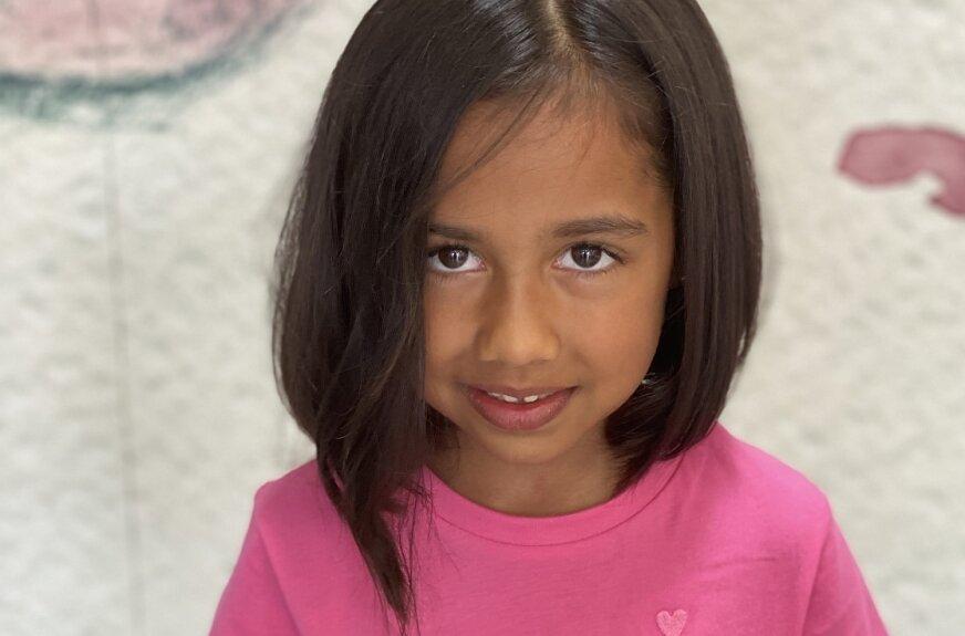 Malika szybko polubiła nową fryzurę, wreszcie może sama się uczesać i ułożyć włosy.