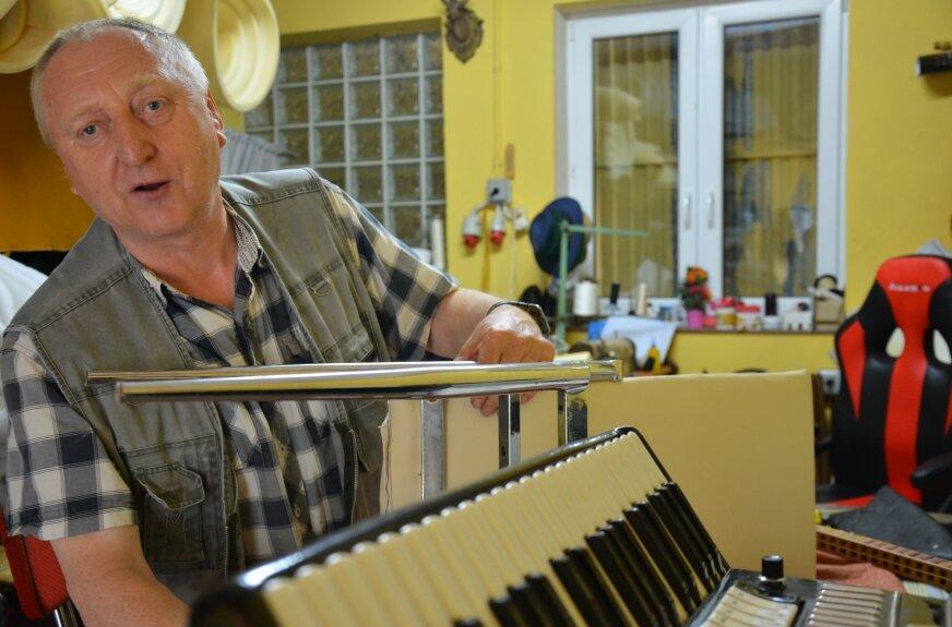Janusz Budek: – Nic wielkiego nie robię. Czasem zaglądam do fundacji zagrać na akordeonie.