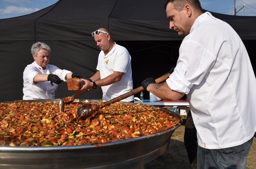 Tradycyjnie, jedną z głównych atrakcji imprezy będzie degustacja dania z warzyw sezonowych z wielkiej patelni.