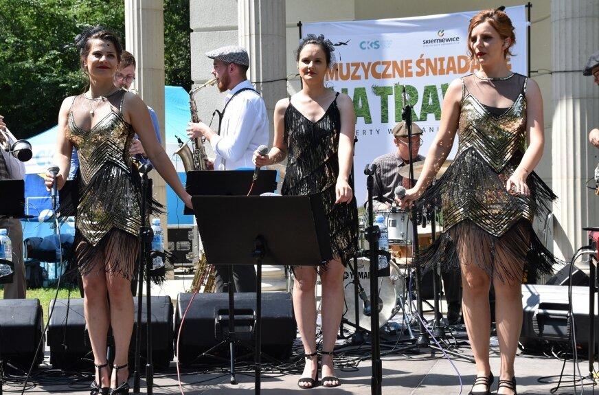W altanie parku miejskiego w Skierniewicach wystąpił Główny Zawór Jazzu, a w jego składzie 3 urocze wokalistki.