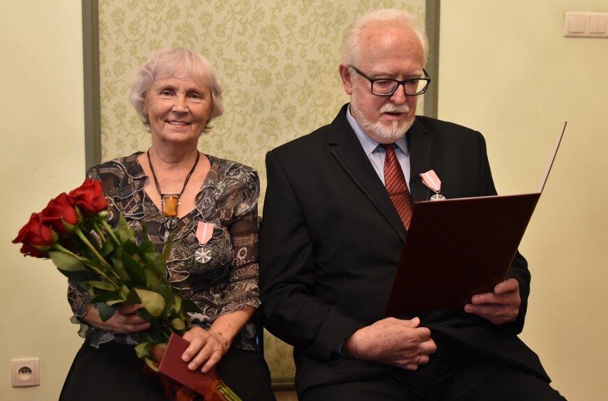 Państwo Barbara i Władysław Szrajbrowscy 50-lecie pożycia małżeńskiego obchodzili w 2019 roku, jednak z uwagi na pandemię koronawirusa świętować mogą dopiero teraz.