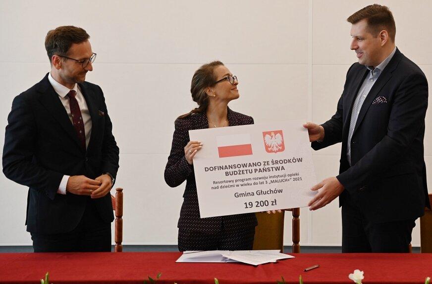 Magdalena Piekut, zastępca wójta odebrała czek z dofinansowaniem na żłobek.