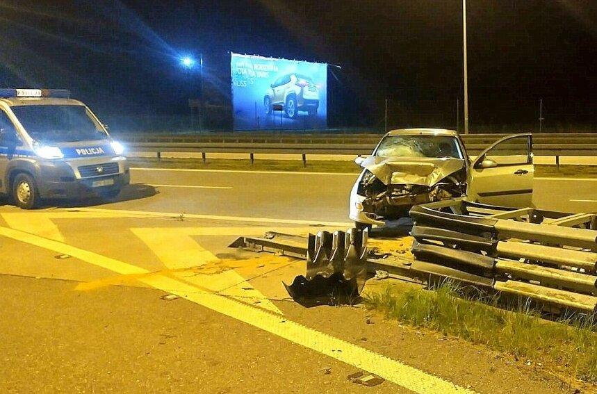 19-latek zasnął za kierownicą forda na drodze ekspresowej S-8