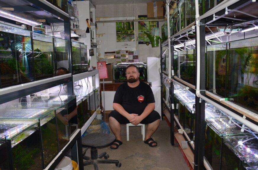 Tomek Karwat, rawianin godzinami może opowiadać o swojej hodowli krewetek.