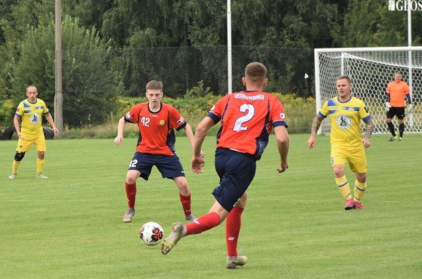 W pierwszej kolejce A Klasy, na sześciu stadionach padło aż 31 bramek. W Sierakowicach beniaminek Sierakowianka pokonał spadkowicza z okręgówki Victorię Bielawy 3:1. Na 1 września przełożono mecz Czarnych Bednary z Macovią.