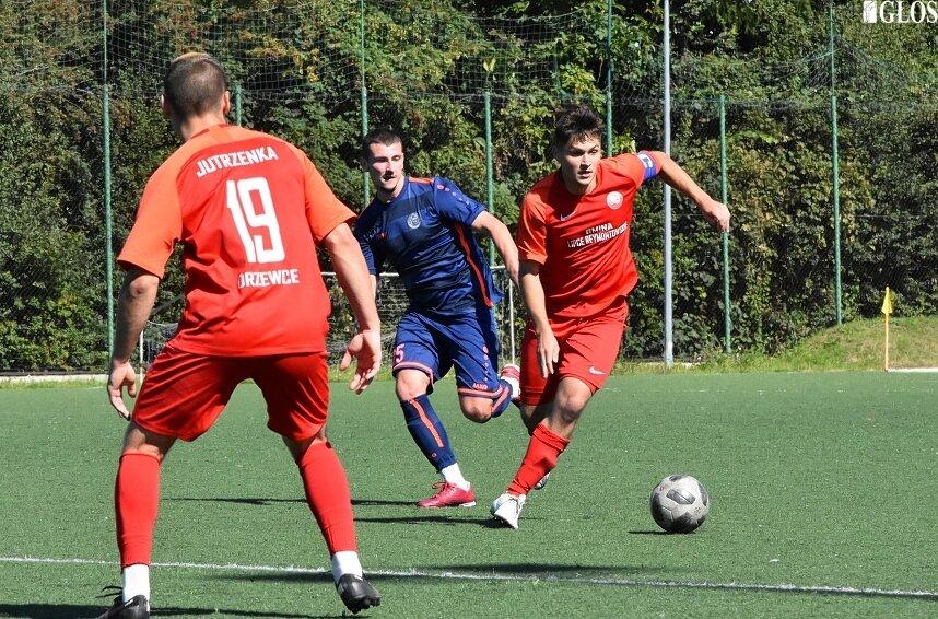 Jutrzenka Drzewce pozostaje niepokonaną drużyną w skierniewickiej okręgówce. W niedzielę (5.09) ograła Unię II w Skierniewicach 3:0.