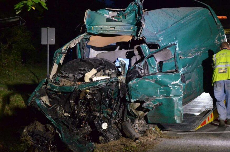 Bus zderzył się z ciężarówką. Trzy osoby nie żyją