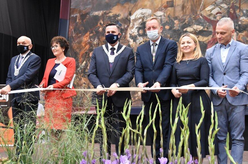 Uroczystym przecięciem wstęgi w hali OSiR otworzono targi ogrodniczo-rolne, tradycyjnie towarzyszace skierniewickiemu świętu kwiatów.