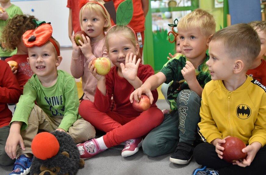 Najmłodsi skierniewiczanie po weekendzie święta kwiatów, w przedszkolu uczestniczyły w licznych zabawach z wykorzystaniem jabłek.