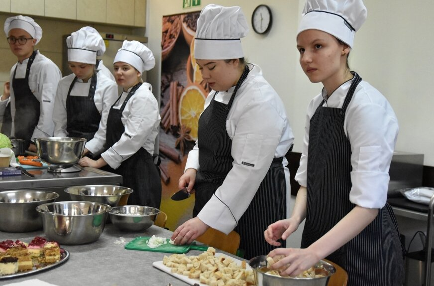 W warsztatach kulinarnych w skierniewickim Ekonomiku uczestniczyli uczniowie technikum żywienia i usług gastronomicznych ZS nr 3, a także członkinie kół gospodyń wiejskich z regionu.