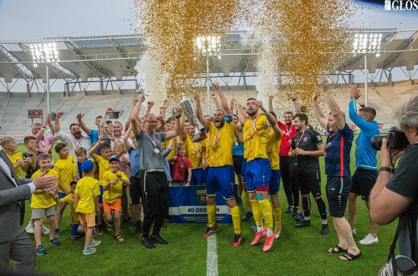 Tak piłkarze Unii cieszyli się ze zdobycia po raz trzeci z rzędu pucharu wojewódzkiego. Czy podobną radość będzie można zobaczyć dziś na boisku w Elblągu?