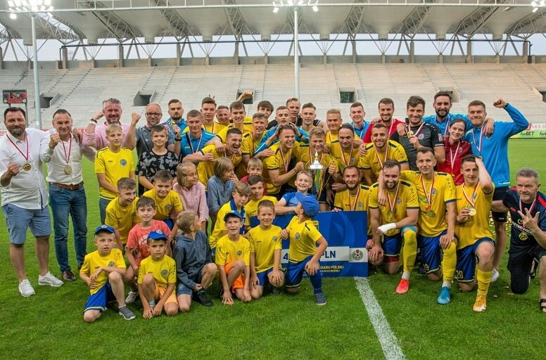 Unia Skierniewice pisze kolejny rozdział w swojej pięknej historii. Po trzech triumfach w pucharach Łódzkiego Związku Piłki Nożnej, za trzecim podejściem wywalczyła awans do 1/16 głównej drabinki pucharu Polski. Na zdjęciu Unia po czerwcowym zwycięstwie w pucharze ŁZPN.
