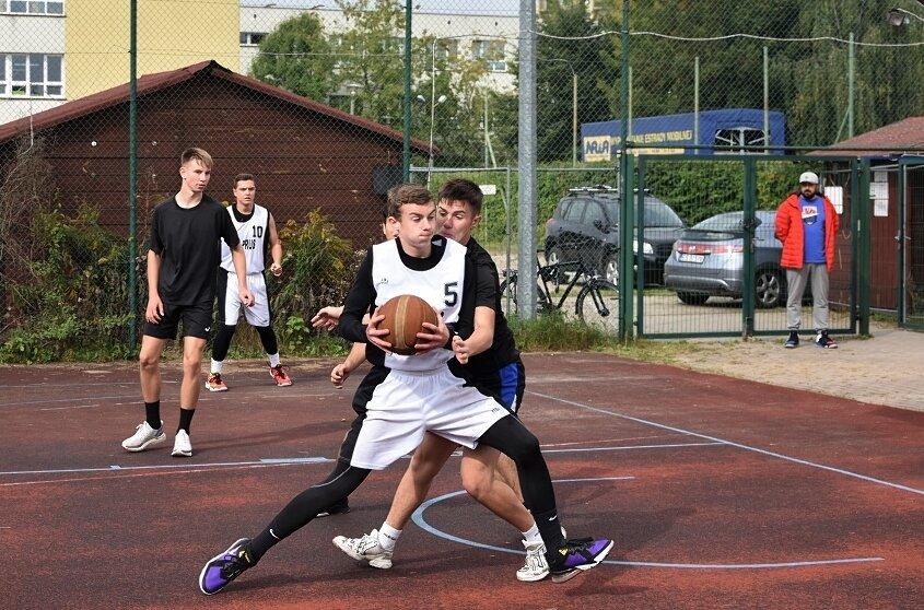 Turniej o mistrzostwo Skierniewic szkół w koszykówce 3x3 rozgrywany był na boisku orlik przy ulicy Szarych Szeregów.