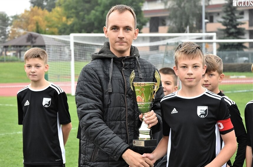 Młodzicy Widoku przegrali w sobotę (25.09) z liderem I ligi wojewódzkiej, Lechią Tomaszów Mazowiecki. Przed meczem odebrali puchar za zwycięstwo w lidze okręgowej w poprzednim sezonie.