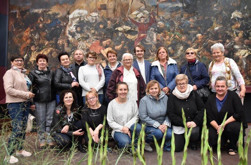 """Skierniewice odwiedziło 16 hafciarek z Pajęczna. To autorki haftowanej kopii """"Bitwy pod Grunwaldem"""". – Nie ma co porównywać, nasza """"Bitwa"""" jest nieco bardziej kolorowa – podkreślają artystki z Pajęczna."""