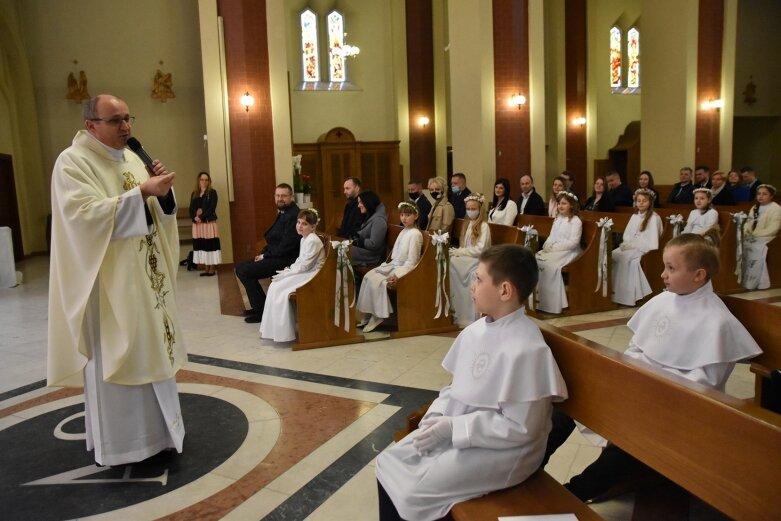 W pierwszej grupie do komunii przystąpiło dziś 35 najmłodszych parafian z kościoła NSPJ