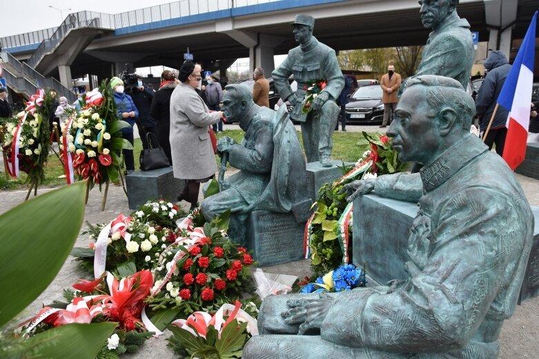 Minister Piotr Gliński na uroczystości odsłonięcia pomnika w Skierniewicach