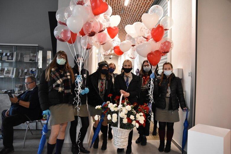 Skierniewiccy harcerze wyszli na ulice z kwiatami i balonami w barwach narodowych
