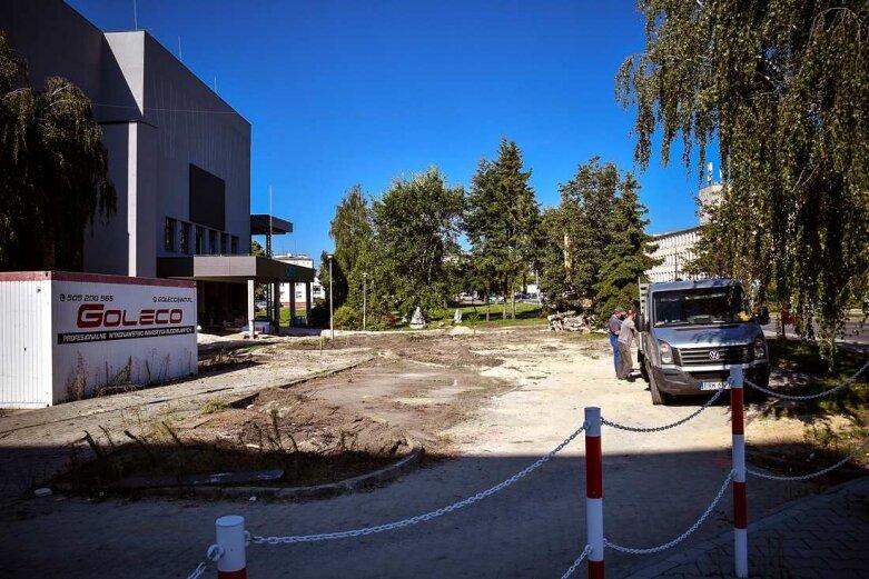 Padły drzewa przed centrum kultury