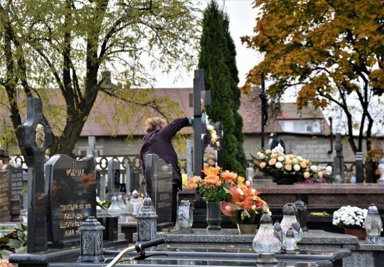 Oni zdążyli przed decyzją premiera! Porządki na cmentarzu w Sadkowicach