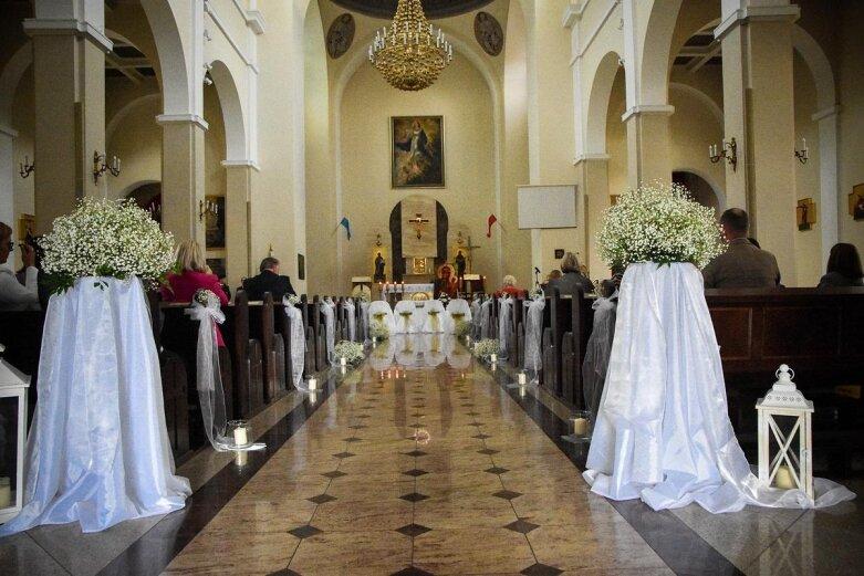 Ślub prezydenta Skierniewic. Państwo młodzi zajechali powozem