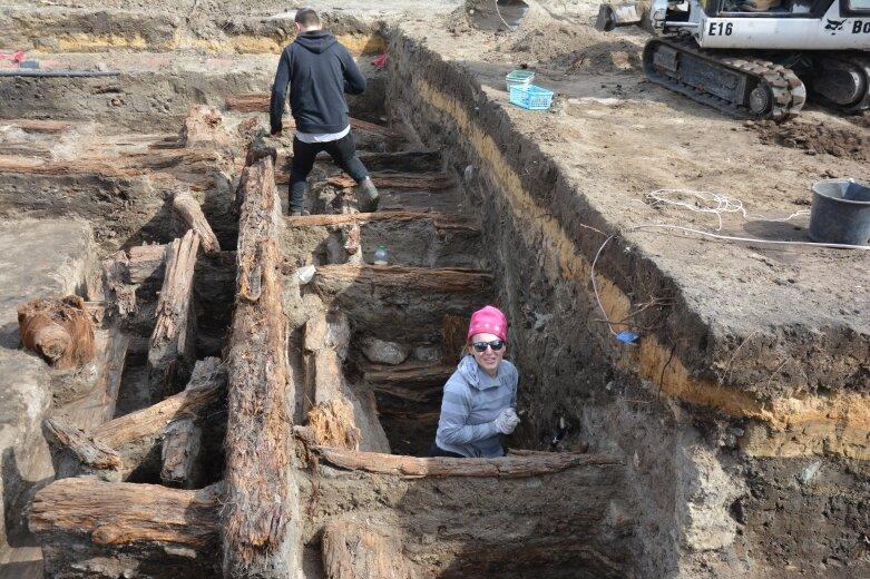 Zaskakujące odkrycie archeologów. Ziemia na rawskim rynku odsłania epoki